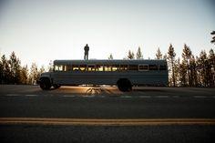 """Stanco di disegnare edifici che non avrebbe mai potuto costruire, Hank Butitta, studente di architettura dell'Università del Minnesota, ha deciso di acquistare un autobus da ristrutturare, facendone argomento della sua tesi di laurea dal titolo """" Hank Bought A Bus """". Così ha"""