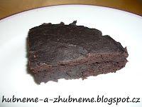 Brownies (830 kcal, 1/4 = 208 kcal) Suroviny na malý plech (4 porce): 200 g červené fazole Bonbuelle (186 kcal) 30 g celozrnné mouky (107 kcal) 50 g třtinového cukru (201 kcal) 50 g holandského kakaa (168 kcal) 2 vejce (160 kcal) 10 g kypřícího prášku (8 kcal) Vanilkové aroma