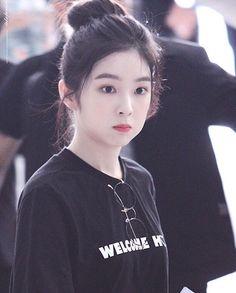 Irene Red Velvet 🌹💘 Kpop Girl Groups, Kpop Girls, K Pop, Chica Cool, Redvelvet Kpop, Rapper, Red Velvet Irene, Kpop Fashion Outfits, Girls Dpz