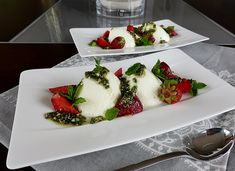 Buttermilchmousse mit Erdbeeren und Nusspesto, ein raffiniertes Rezept aus der Kategorie Dessert. Bewertungen: 52. Durchschnitt: Ø 4,7.