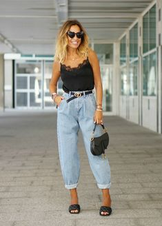 Jeans are versatile bottoms you can wear all weekend long. In today's post I want to share with you casual jeans outfit ideas you might want to wear on repeat. Mom Jeans Outfit Summer, Summer Outfits For Moms, Mom Outfits, Cute Outfits, Outfits With Mom Jeans, Summer Jeans, Outfit Jeans, Casual Chic Outfits, Trendy Outfits