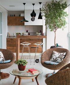 LAYOUT 3 Churrasqueira com mesa de apoio em madeira e tons leves.                                                                                                                                                                                 Mais