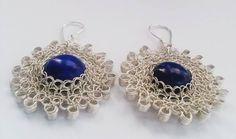 Aretes tejidos en hilo de plate y piedra lapiz lazuli