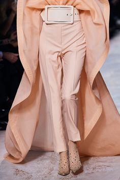 Givenchy Spring 2020 Couture Fashion Show - women fashion 2020 Fashion 2020, Runway Fashion, Spring Fashion, High Fashion, Fashion Show, Fashion Design, Fashion Trends, Fashion Inspiration, Women's Fashion