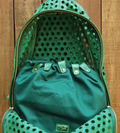 Bolsinha interna da mochila em couro vazado. Mab Store - www.mabstore.com.br.