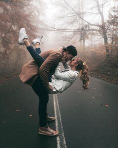 Weird Things Romantic Couples Do - Love is such a wonderful thing and it lets you do silly things. And nothing is crazier than doing w - Couple Photoshoot Poses, Couple Picture Poses, Couple Photography Poses, Photo Couple, Love Couple, Couple Shoot, Couple Goals, Life Photography, Cute Couples Photos