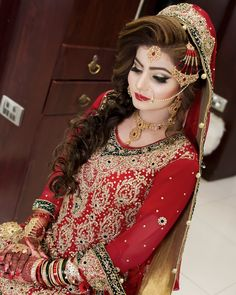 Seeme Beauty Parlour is a one place for all your beauty needs. Awarded Best Beauty Salon in Lahore. Pakistani Bridal Makeup Hairstyles, Pakistani Bridal Jewelry, Bridal Mehndi Dresses, Desi Wedding Dresses, Pakistani Wedding Outfits, Indian Bridal Makeup, Bridal Jewellery, Gold Jewellery, Wedding Hairstyles