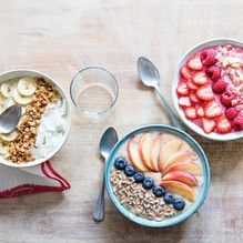 STEP FRUIT Pick g of the fruits of your choice. Try to combine juicy fruits like orange. Banana Breakfast, Breakfast Bowls, Breakfast Recipes, Juicy Fruit, Fresh Fruit, Tupperware Recipes, Cereal Recipes, Muesli, Smoothie Bowl
