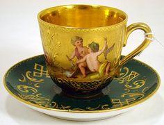 Šálek na čaj * zlacený zelený porcelán s malovaným obrázkem.