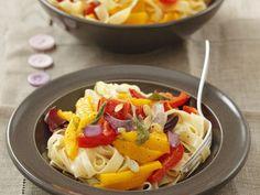 Pasta mit Gemüsesoße (Kürbis, Paprika, Rote Zwiebel) ist ein Rezept mit frischen Zutaten aus der Kategorie Fruchtgemüse. Probieren Sie dieses und weitere Rezepte von EAT SMARTER!