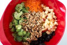 Broccoli, äpple, morot, valnötter och russin