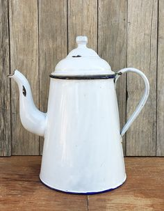 White Enamel Coffee Pot Vintage Farmhouse, Farmhouse Style, Cottage Kitchens, Vintage Coffee, White Enamel, Kettle, Tea Pots, Sweet Home, Vintage Enamelware