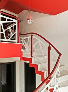 Red Stairscase Design Handrail With Lanterns Elegant Contemporary House with Futuristic Touch Home design Studio Apartments, Kitchen Island Lighting Modern, Ikea Dining Room, Stairs In Living Room, Retro Interior Design, Modern Stairs, Minimalist Apartment, Style Retro, Design Trends