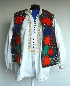 Men's costume from Maramureş, Valea Marei Folk Costume, Costumes, White Linen Shirt, Geometric Embroidery, Green Wool, Beauty Art, Cuff Sleeves, Traditional Outfits, Mirrors