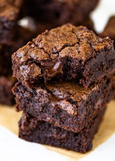 Super fudgy and dense cocoa brownies are gooey on the inside, have a crinkly top, and are made with just 6 ingredients in under 30 minutes! This easy recipe One Bowl Brownies, How To Make Brownies, Cocoa Brownies, Best Brownies, Fudgy Brownies, Quick Easy Brownies, Making Brownies, Easy Fudge, Cheesecake Brownies