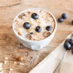 Diese Proteinbombe macht müde Morgenmuffel munter. Blaubeeren und Honig geben dem Superfood eine angenehme Süße und Mandeln sorgen für den gewissen Crunch.
