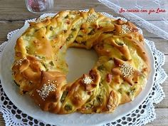 During the holidays there will certainly be many occasions to taste this salty Christmas crown cake made of simple stuffed brioche. The brioche is a leavened dough very easy to prepare with which you Quiche, No Salt Recipes, Wine Recipes, Vegetarian Pie, Cake Centerpieces, Focaccia Recipe, Brunch, Party Finger Foods, Xmas Food