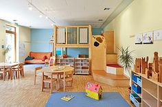 Wohlfühlatmosphäre: In diesem Gruppenraum sorgt die blaue Akzentwand Arc. Feel-good atmosphere: In this group room, the blue accent wall Arctis provides a soothing contrast to the many Preschool Rooms, Daycare Rooms, Preschool Classroom, Classroom Decor, Kindergarten Interior, Kindergarten Design, Blue Accent Walls, Indoor Activities For Kids, Kid Spaces