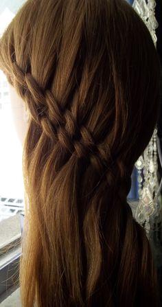 Penteado simples.