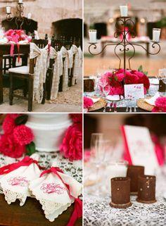 Servilletas, mantelería y centros de mesa en color rosa mexicano