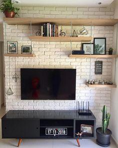 É com muito ciúme (sério) que eu trago pra vocês a nossa parede de TV praticamente pronta! Ainda preciso trocar o vaso de Cacco e da nossa… #DecoracionCasas