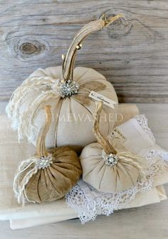 9 Easy Ways To Add Simple But Effective Decoration Deisgn Style - Gorgeous fabric pumpkins from Becky at Timewashed The Best of shabby chic in Velvet Pumpkins, Fabric Pumpkins, Fall Pumpkins, White Pumpkins, Halloween Elegante, Halloween Chic, Shabby Chic Halloween Decor, Shabby Chic Fall, Shabby Chic Vintage