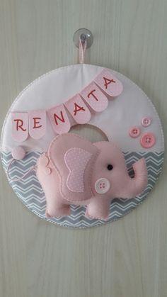 Guirlanda Porta Maternidade modelo Elefantinha rosa e cinza. Confeccionada em feltro e tecido algodão, decorada com botões plásticos e personalizada com o nome do bebê. Costurada a mão. Pode ser feito por encomenda nas cores e estampas que desejar!