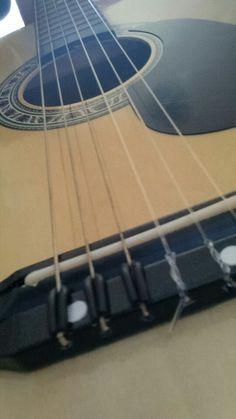 Linhas, cordas de violão que quando tocadas emitem sons dependendo da intervenção humana para transforma-los em notas musicais.