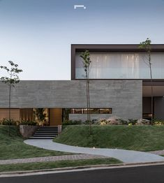 Mini slope for side-plated trees. Modern Architecture House, Modern House Design, Architecture Design, Contemporary Design, Modern Exterior, Exterior Design, Concrete Houses, Concrete Wall, Dream House Exterior