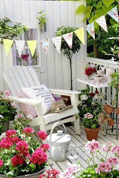 How to style a pretty garden seating corner Porch And Balcony, Balcony Garden, Porch Veranda, Outdoor Rooms, Outdoor Gardens, Outdoor Living, Outdoor Decor, Cottage Porch, Cottage Style