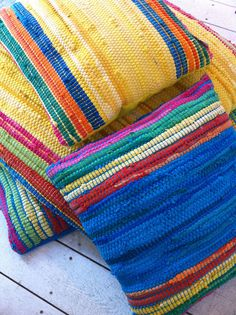 Rag rug pillows (really i am pinning this for rag rug color blocking inspiration but whatever) Loom Weaving, Hand Weaving, Weaving Projects, Weaving Techniques, Cushion Covers, Pillow Covers, Rug Hooking, Woven Rug, Decorative Pillows