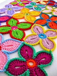 Pattern/how-to crochet Hawaiian Flowers @ Sarah London Crochet Diy, Beau Crochet, Crochet Motifs, Crochet Flower Patterns, Crochet Squares, Love Crochet, Beautiful Crochet, Crochet Crafts, Yarn Crafts