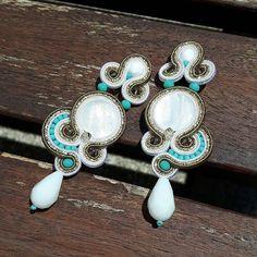 •Io ci provo a fare modelli piccoli ma poi la mano va e va e va....😆 Vi piaccono?? #soutache #soutachejewelry #soutacheearrings #accessori #accessories #fattoamano #fattodame #madebyme #madeinitaly #handmade #earrings #orecchini #jewels #jewelry #white #summer #estate #colors #sun #sole #solocosebelle
