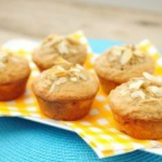 Bananen cupcakes: amandelmeel, eieren, banaan, roomboter, kaneel, bakpoeder, zout.