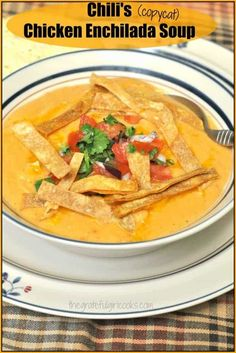 Chili& Chicken Enchilada Soup (copycat) / The Grateful Girl Cooks! Enjoy a taste of the Southwest for lunch or dinner with this delicious Chili& Chicken Enchilada Soup recipe (copycat), with pico de gallo and tortilla strips! Chipotle Mayo, Chipotle Sauce, Chili's Chicken Enchilada Soup, Chicken Enchiladas, Chicken Pizza, Chicken Chili, Baked Chicken, Mild Salsa, Vegan Burrito