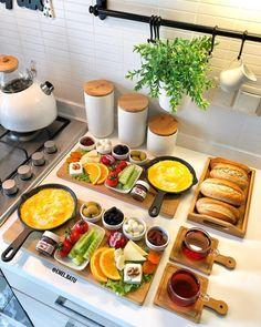 Make an enchanting Play Food Spaghetti Dinner . from yarn & felt! - New ideas - - Breakfast Presentation, Food Presentation, Breakfast Platter, Breakfast Buffet, Healthy Cooking, Healthy Recipes, Breakfast Bread Recipes, Food Decoration, Food Platters