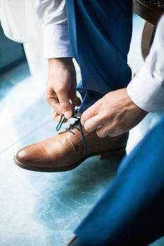 Les élégantes chaussures du marié de couleur caméléon qui sont parfaites avec son costume bleu. D'autres bonnes idées et inspiration de ce mariage DIY, champêtre et vintage sur le blog.