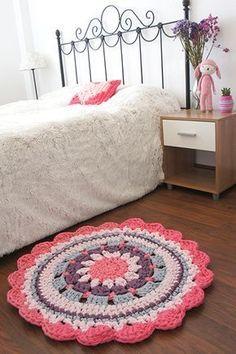 DIY - Crochet Rug - Video Tutorial and Pattern Mandala Au Crochet, Crochet Mat, Crochet Carpet, Crochet Doilies, Crochet Home Decor, Crochet Crafts, Crochet Projects, Rugs On Carpet, Carpets