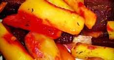 Tällä reseptillä valmista ihanan herkullisia uunijuureksia helposti :P Vegan Meal Prep, Vegan Recipes, Good Food, Food And Drink, Potatoes, Banana, Stuffed Peppers, Meals, Fruit