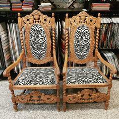 Nämä upeat kertaustyyliset nojatuolit verhoiltiin Annalan Cebra-kankaalla. Wingback Chair, Accent Chairs, Furniture, Home Decor, Upholstered Chairs, Decoration Home, Room Decor, Wing Chairs, Wingback Chairs