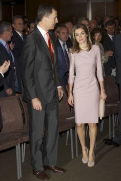 La Princesa Letizia recicló el vestido rosa que lució junto a la Reina Rania en Jordania. http://blog-static.hola.com/fashionassistance/2012/05/dna-letizia-recicla-el-vestido-rosa-que-lucio-en-su-encuentro-con-la-reina-rania-en-jordania.html