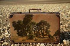 Memory Suitcases est une série de peinture réalisée par l'artiste israélien Yuval Yairi qui utilise des vieilles valises. Utilisées comme des toiles, il peint dessus des paysages nostalgiques, comme une empreintes d'un souvenir, un lieu ou la personne a du poser sa valise