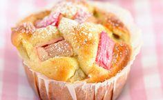 Passend zur Rhabarber-Saison gibt es bei uns zuhause diese leckeren süßen und gleichzeitig unfassbar erfrischenden Rhabarber-Muffins.