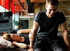 Theo James and Shailene Woodley on divergent set. Sheo is real Divergent Tris, Tris Y Tobias, Divergent 2014, Divergent Theo James, Divergent Funny, Four From Divergent, Disney Divergent, Divergent Scenes, Tfios