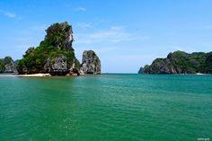 Cát Bà cách trung tâm thành phố Hải Phòng khoảng 30km và cách thành phố Hạ Long khoảng 25km.
