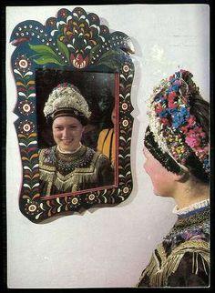 Sárközi népviselet | Képeslapok | Hungaricana Folk Costume, Costumes, Alien Concept, Vintage Jewelry Crafts, Folk Clothing, Hungarian Embroidery, Blog Planner, Folk Music, Traditional Art