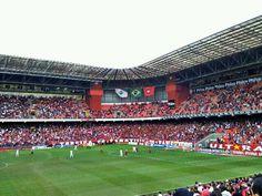 A Arena da Baixada, em Curitiba e casa do Atlético Paranaense, é um dos estádios que passou por grandes reformas para a Copa de 2014. Hoje, além de jogos, recebe grandes eventos como shows.