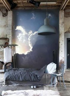chambre à coucher au style industriel, une tapisserie murale originale à effet trompe-l'oeil, papier peint ciel