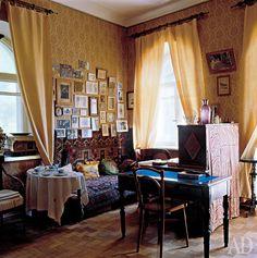 Дача Чехова в Ялте. Комната Марии Павловны Чеховой. На подоконнике — радиоприемник.