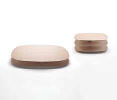 Tavolino di diverse dimensioni. Piani sagomati in MDF 20mm impiallacciati in lastra di castagno naturale o tinto carbone e finitura con vernice acrilica..